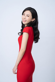 洪曼珊醫師紅色洋裝站姿回眸露齒笑形象照