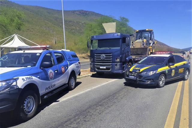 PRF e PMBA recuperam retroescavadeira e libertam refém na BR-116 no Sudoeste da Bahia