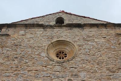 Detalle del rosetón de la ermita de la Virgen de los Enebrales
