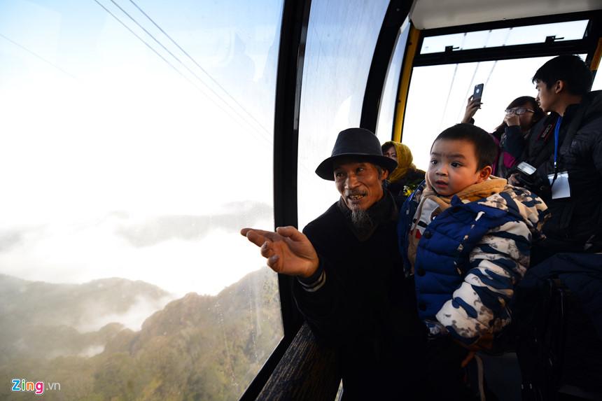 Trên cabin từ Sapa lên đỉnh Fansipan