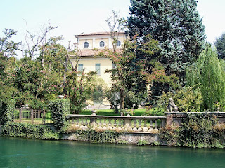 The Villa Rey is one of a number of elegant residences that line the Martesana Canal in Inzago