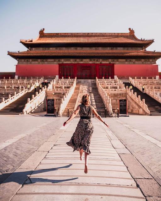 Tử Cấm Thành (Cố Cung) là một tổ hợp cung điện được xây dựng từ thế kỷ 15, nơi sinh sống trước kia của 24 vị hoàng đế thuộc 2 triều đại nhà Minh và nhà Thanh. Khu Tử Cấm thành tọa lạc tại phía chính nam của Quảng trường Thiên An Môn, được mệnh danh là một trong những địa điểm thu hút khách du lịch hàng đầu tại thủ đô Bắc Kinh, Trung Quốc.