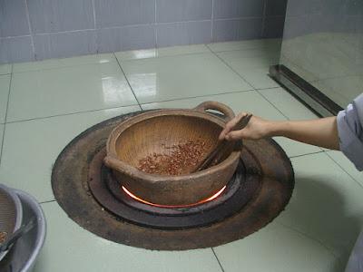 Gạo lứt rang xong pha nước ấm uống giảm cân hiệu quả