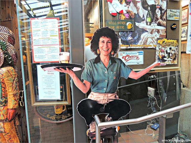 Rhea Perlman en la Réplica de Cheers en Boston