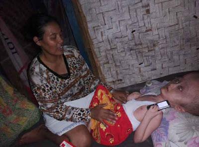 ibu mariyam membantu anaknya, dibantu oleh anak motor teluk naga