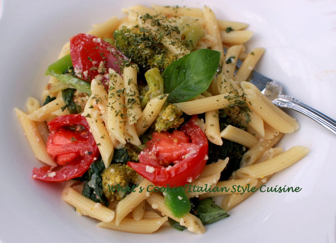 this is a BLT pasta with tomatoes and lettuce