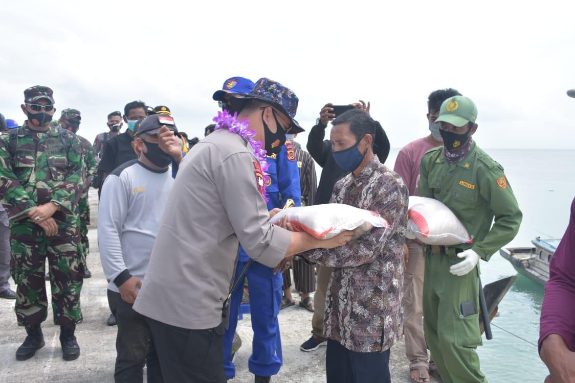 Patroli di Perairan Pantai Timur, Kapolda Jambi Bersama Danrem 042/Gapu Berikan Bantuan Sembako