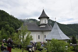 """Hramul Manastirii """"Sfintii Apostoli Petru si Pavel"""" din Tara Nasaudului"""