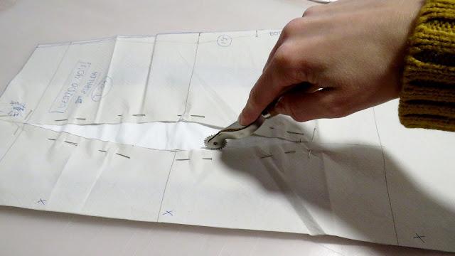 Marcado de pinza en la tela con papel de calco usando la ruleta