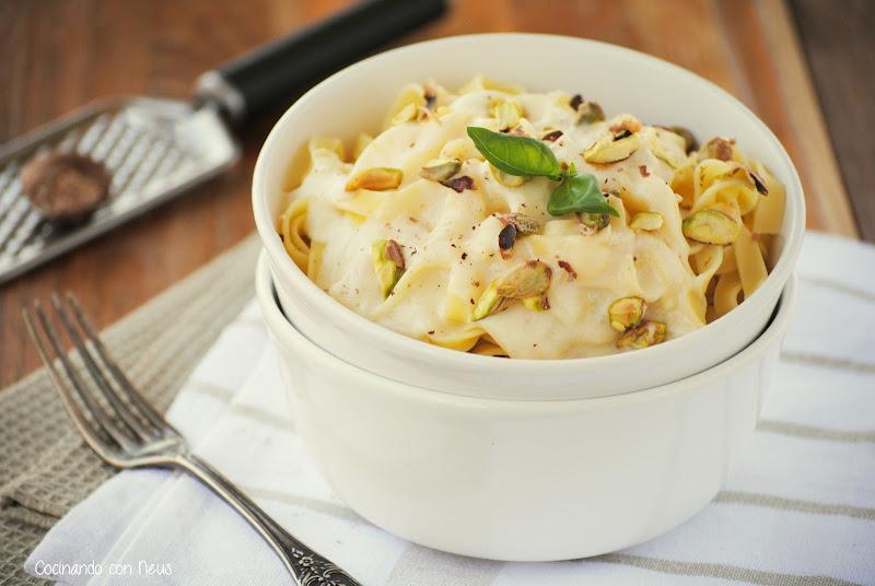 Tagliatelle con bechamel a los tres quesos y pistachos
