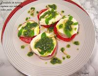 Ensalada de tomate caprese con cebolla y salsa pesto