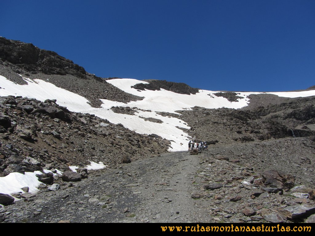 Ruta Posiciones del Veleta - Mulhacén: Nevero de Carihuela en Julio de 2014