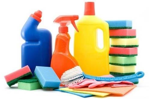 Không nên dùng chất tẩy rửa để vệ sinh đồ gỗ