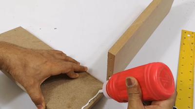 إضافة غراء على لوح خشب لتجميعه مع لوح خشبي آخر
