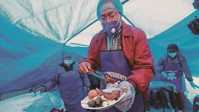 Luis Arce Catacora cocinó chicharrón para sumar votos en la feria 16 de Julio de El Alto