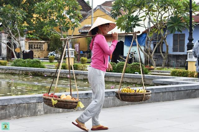 Mujer buscando la foto en Hoi An, Vietnam