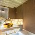 Lavabo pequeno branco e dourado com bancada em ônix, plafon de cristais e papel de parede!