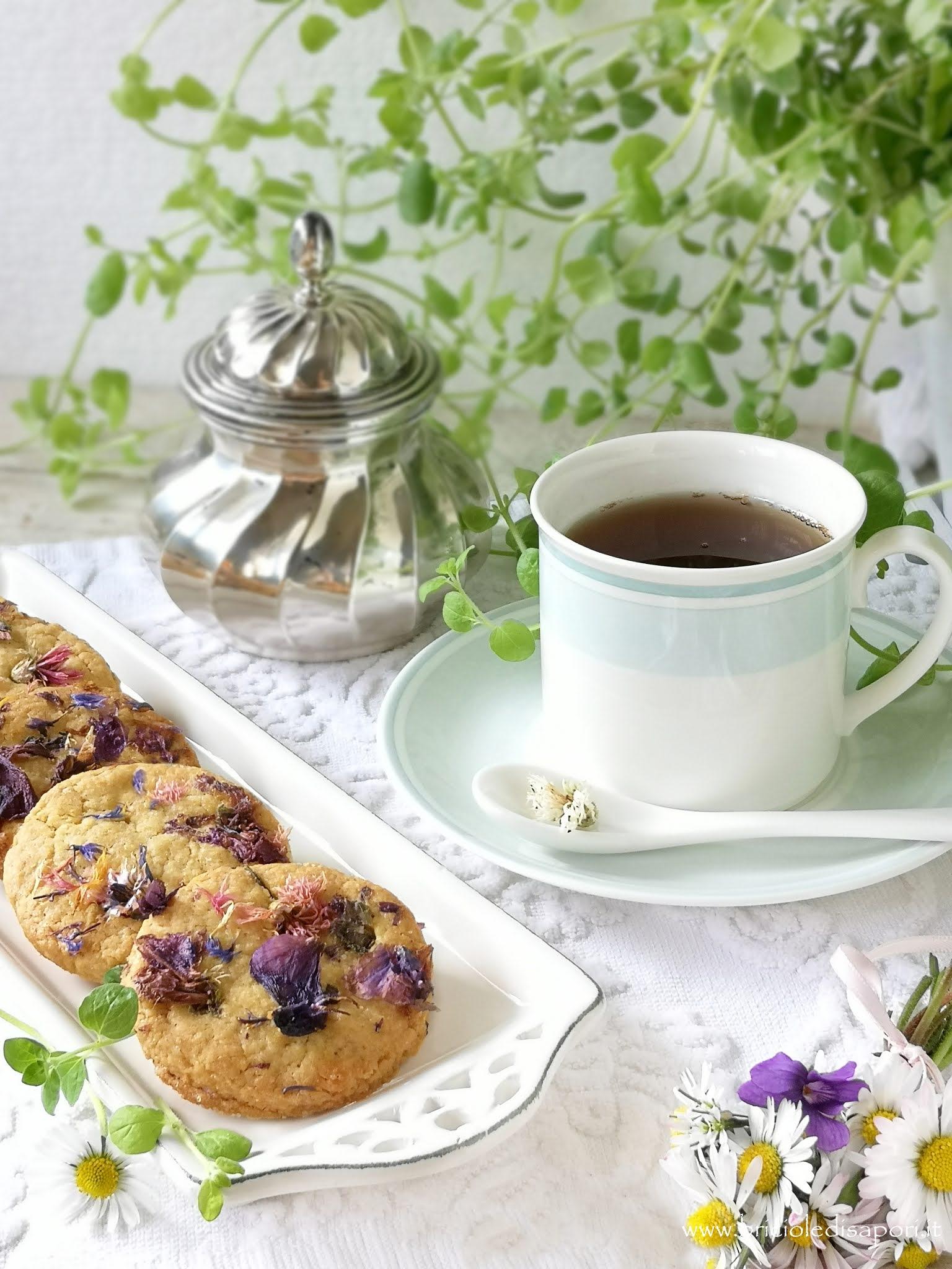 biscotti con zenzero e fiori primaverili