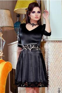 Rochie neagra eleganta din catifea decoltata in V cu maneci 3 sferturi si aplicatii de dantela