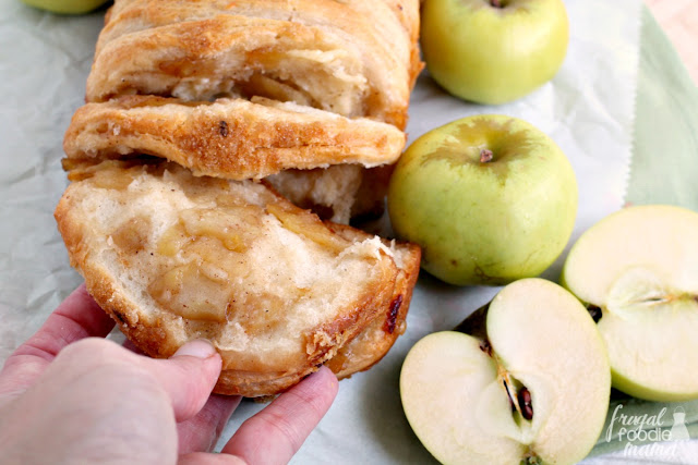 Sweet apples, mild cheddar, warm spices, & a touch of maple sweetness come together perfectly in this easy to make Apple Cheddar Pull-Apart Bread.