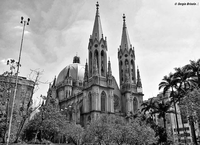 Panoramica da fachada e lateral da Catedral da Sé - São Paulo - Estilo neogótico