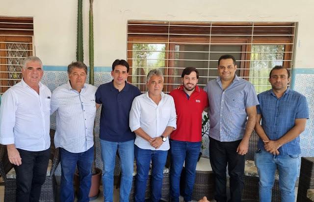 Silvio Costa Filho é recebido pelo deputado estadual Aglailson Victor, pelo ex-prefeito Aglailson Júnior e prefeitos da região