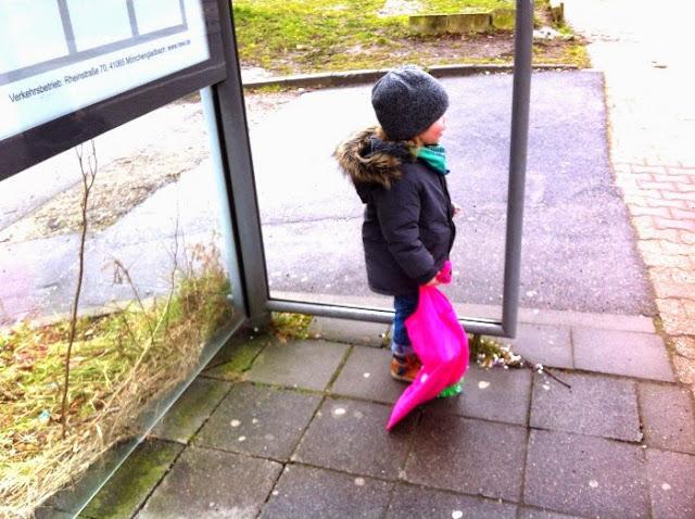 Zwuggel wartet auf den Bus