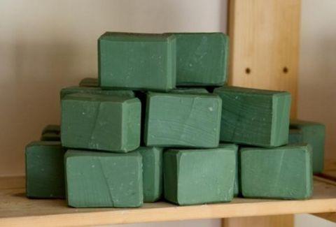 Μήπως ήρθε η ώρα να ξαναπιάσετε το πράσινο σαπούνι; 5 χρήσεις του που δεν φαντάζεστε