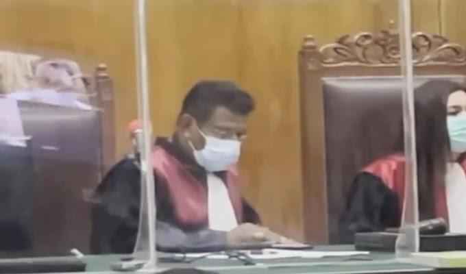Memalukan, Hakim di PN Surabaya Ini Diduga Main Hp Saat Pembacaan Pledoi Kasus Morowali
