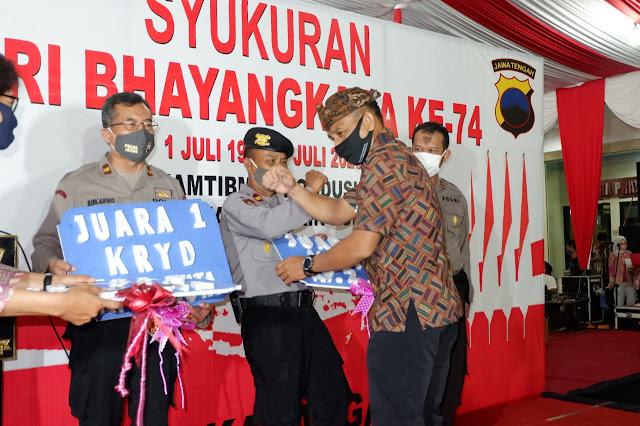 KodimKaranganyar - Malam Tasyakuran HUT Bhayangkara Ke 74, Dandim Karanganyar Serahkan Hadiah Pemenang Lomba