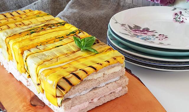 Sandwich Cake alla tripla crema, con zucchine gialle grigliate