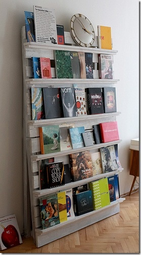 This gorgeous pallet bookshelf is a great way to display books or magazines in a room