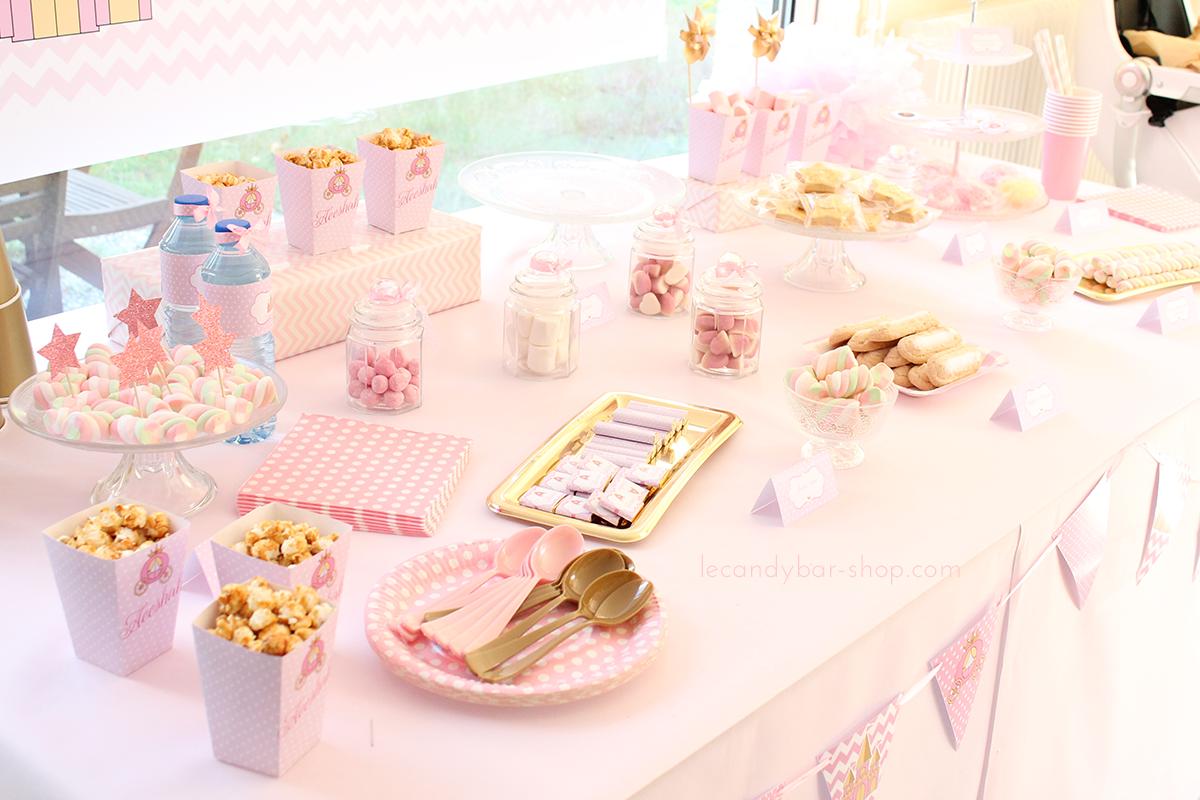 buffet sucré rose avec des gourmandises