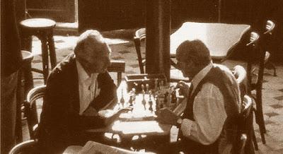 Jugando al ajedrez en u café en 1961