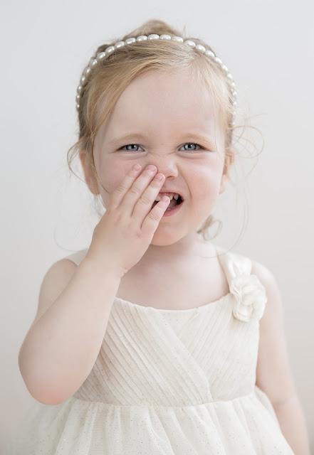بنت صغيرة جدا ترتدي فستان
