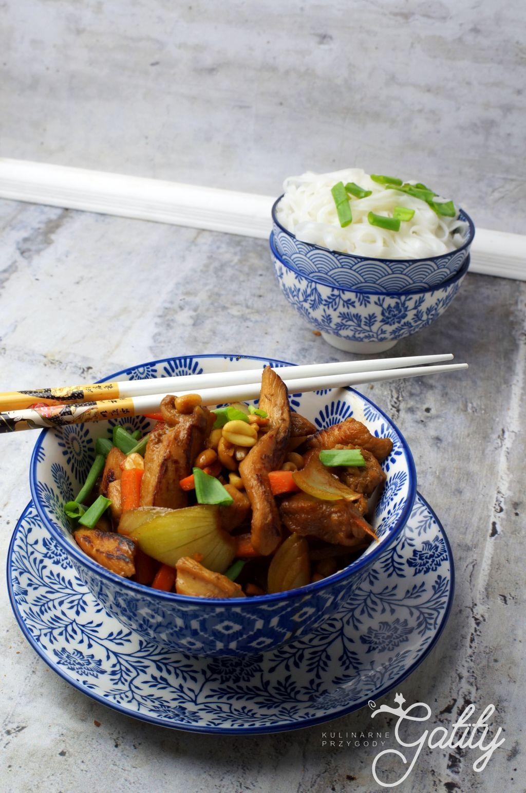mieso-z-warzywami-na-niebieskim-talerzu