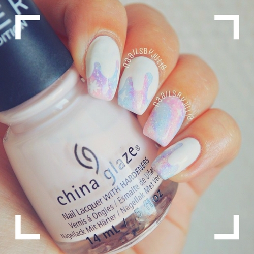 uñas decoradas con tonos blancos