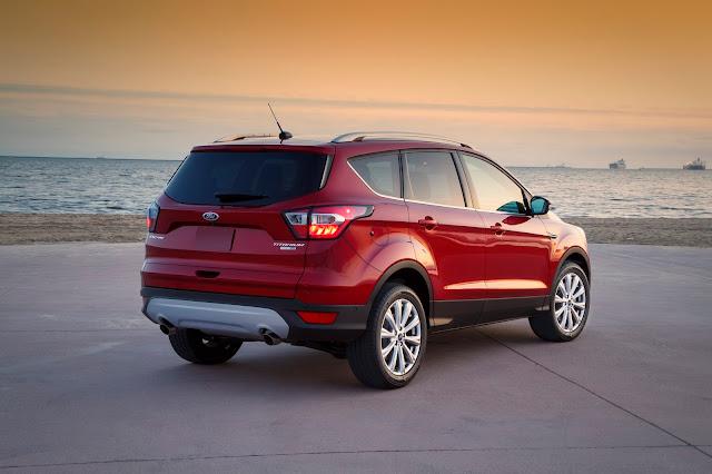 Rear 3/4 view of 2017 Ford Escape SE