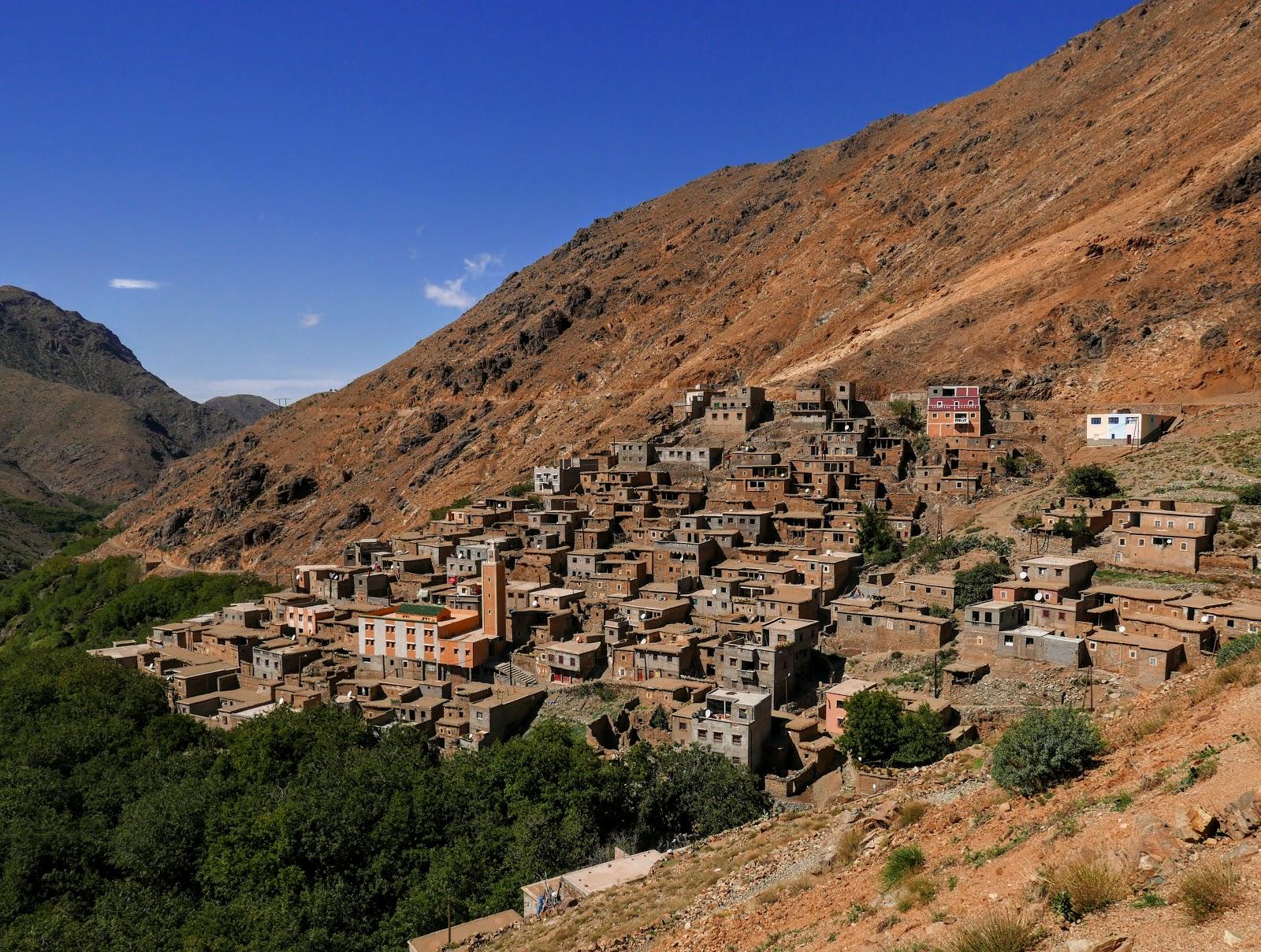 Trekking w Atlasie Wysokim. Przełęcz Tizi n'Tamatert [pyszne soki z pomarańczy, księżycowe krajobrazy, z widokiem na 3-tysięczniki] >>>