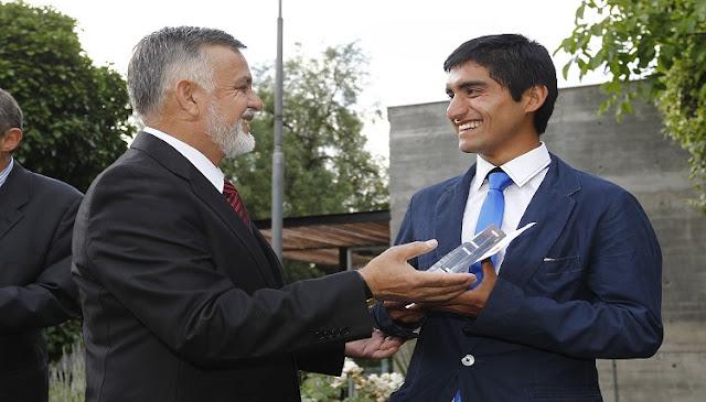 El triatleta Diego Manzo recibiendo el premio  Nuevos Héroes 2015