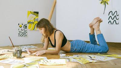 Garota praticando seus hobbies