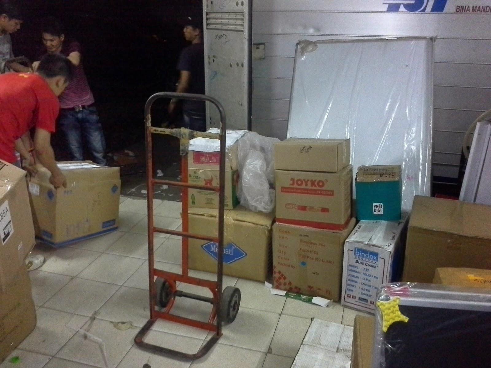 CV. Bina Mandiri - toko alat tulis kantor mempersiapkan produk ATK untuk dikirim ke kantor pelanggan wilayah cikarang