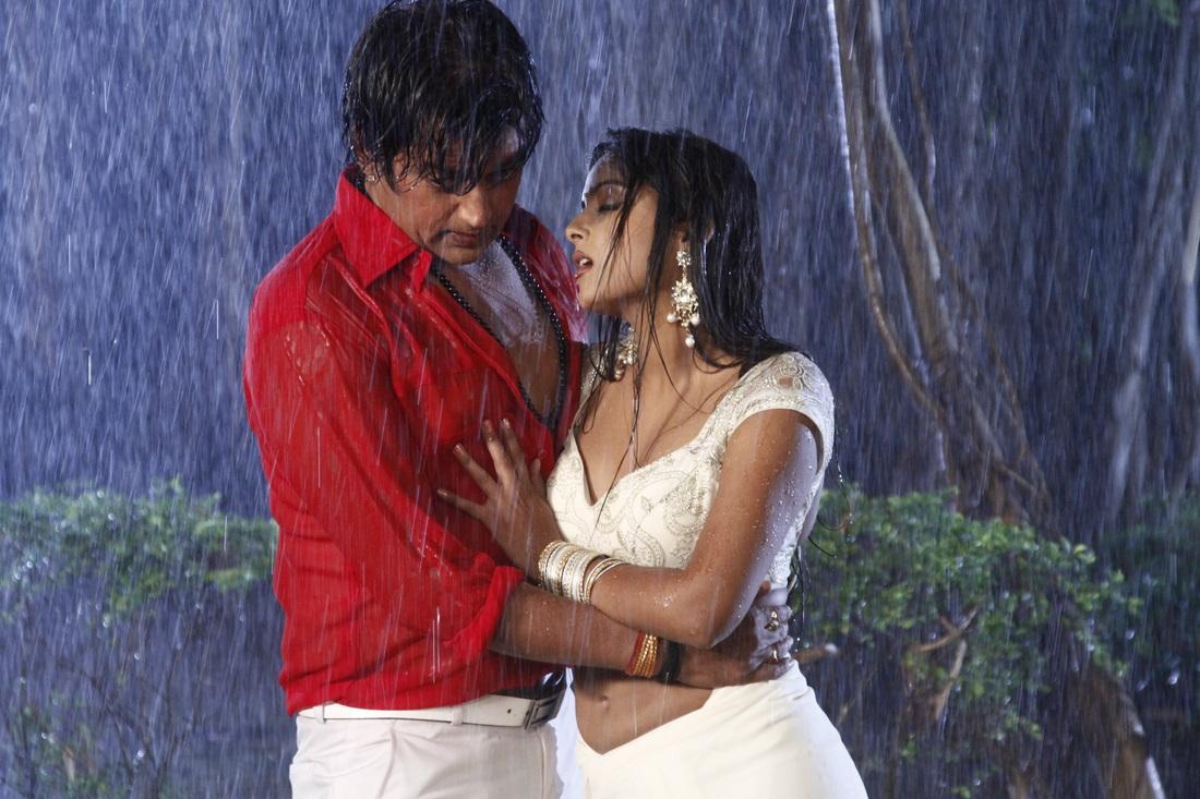 Anjana Singh Romance With Ravi Kishan