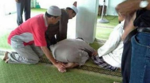 Meninggal Dalam Keadaan Sujud di Depan Masjid