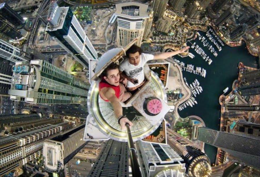 Selficidio: Muore precitando da una gru per farsi un selfie estremo.