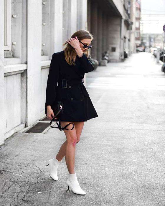 vestido negro corto con sock boots blancas