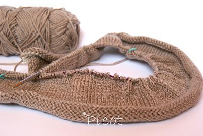 Na drutach – sweter w trakcie tworzenia