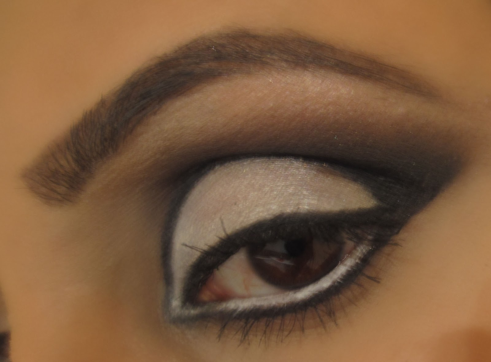 BEAUTY AND THE BLOG: Black n White 60's Cut Crease