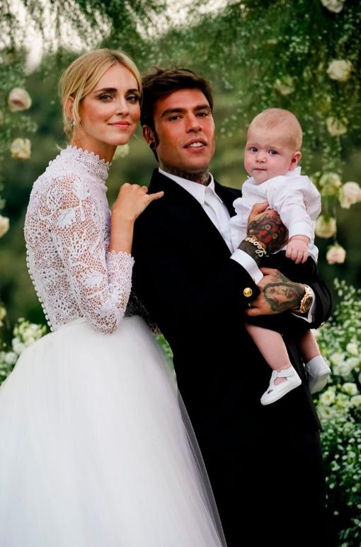 The Ferragnez Wedding  Chiara Ferragni   Fedez hanno detto Sì (indossando  abiti da favola) 02333d3942e