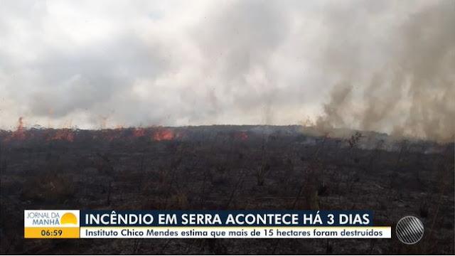 Incêndio em área de vegetação continua pelo terceiro dia no sudoeste da Bahia (Foto: Reprodução/TV Bahia)
